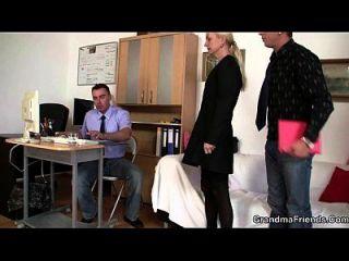 A vovó leva duas garotas na entrevista de emprego