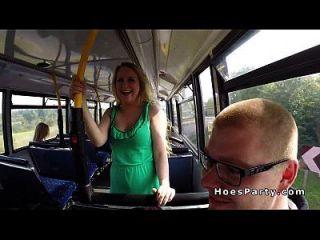 duas festas amadoras sexy no ônibus enquanto se movem