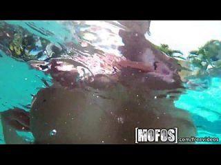 mofos big tits da piscina ficam presos no filme
