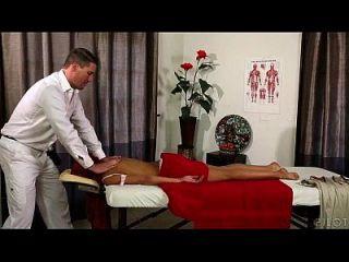 Rapaz jovem e quente, começando uma massagem de tecido profundo na mesa