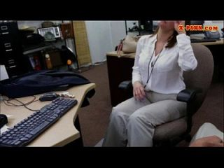 mulher busty excitada fodida no backroom para um bilhete de avião