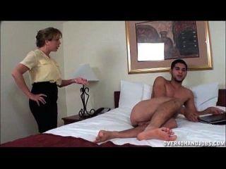 Milk impertinente se afasta de um jovem jovem nu