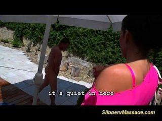 Dia da sorte para o garoto da piscina