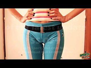 adolescente de cameltoe inchado em alongamento de calças de ioga. Morena poluída