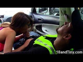 95 lbs teen blowjob em um carro em público!