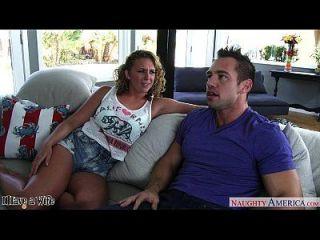 A esposa quente, Brooke Wylde, fica com grandes mamilos sugados