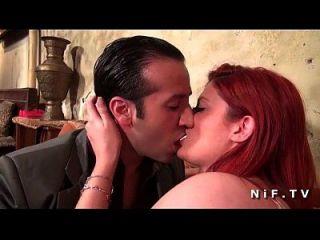 Ameixa redhead francesa bonita fodida com dificuldade pelo taxista em um bar