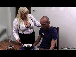Secretária loira em meias batia na mesa