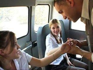 duas amigas fofas ficam fodidas no ônibus