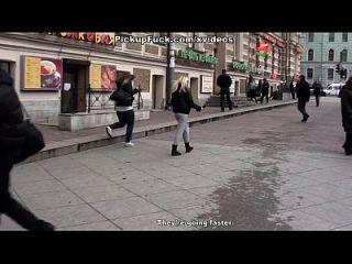 sexo grupal com corridas em um banheiro público
