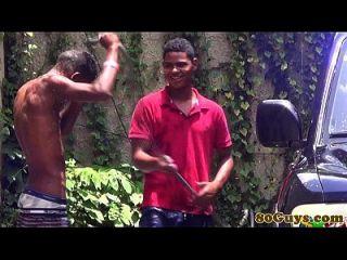 twins gay africanos fodendo em lavagem ao ar livre