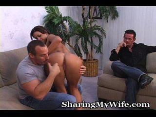 esposo e mulher ficam surpresos