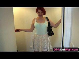As garotas dos companheiros de apartamento lésbicas peludos do oeste sugam e se entregam