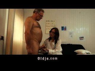 idoso e idoso obtém receita oral nova de seu jovem médico