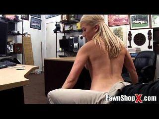 Cute Blonde w / grossas pernas gordo ass faz strip dance \u0026 more em pawnshopx.com