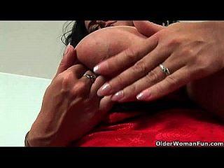 Mãe do futebol com big boobs foda-se com dois dildos
