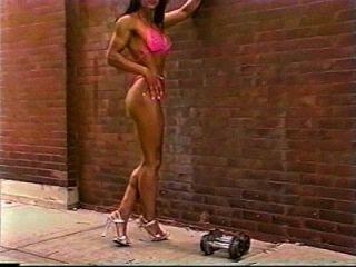 menina da aptidão que mostra o corpo grande ao ar livre