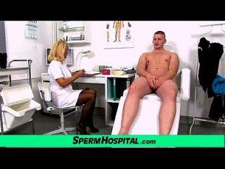 envelhecido uniforme dama médico koko menino novo cfnm handjob na clínica