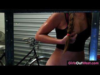 garotas para o oeste lindas lesbianas amadoras na oficina de reparação de bicicletas