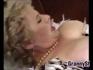 Granny gorda e poluída, desfrutando de um galo