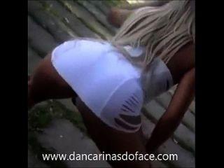 Loira gostosa de vestidinho branco mostrando o bumbum
