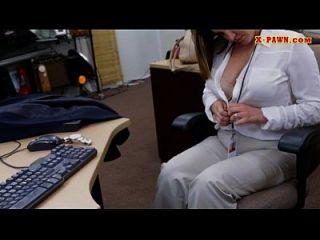dama de negócio dos grandes tits arruinada pelo peão homem no backroom