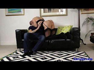 o puma britânico maduro recebe um bocado de cum