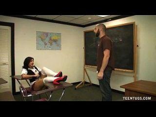 a estudante se afasta da professora