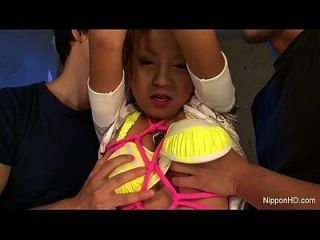 pequena menina asiática é punida