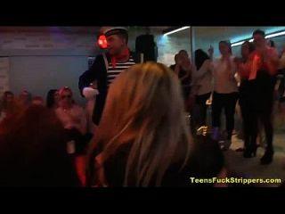 Adolescentes engraçados chupar e espetar fuck na festa cfnm