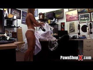 noiva desesperada vende o vestido e o burro por dinheiro rápido na loja de penhor xp14512 hd