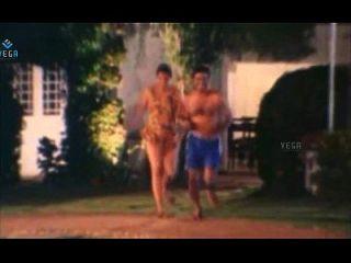 Casal quente não casado desfrutando na piscina