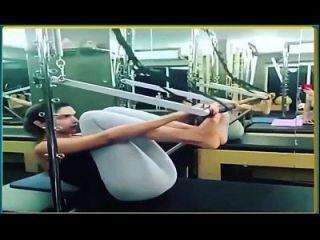 Deepika padukone exercitando em leggings legítimos calças de ioga quente.