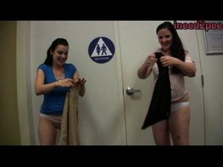 meninas ineed2pee molhando calças jeans calças atrás das cenas 27