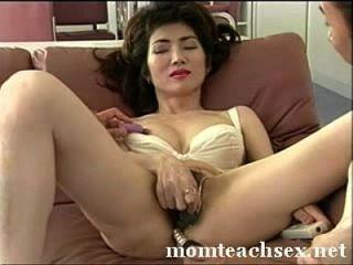 Mãe japonesa ensina os amigos do filho sobre o sexo|momteachsex.net