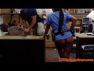 Dinheiro que necessita de um policial latino é um peão