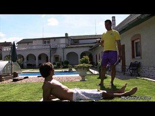 linda garota leva a sogro galo perto da piscina