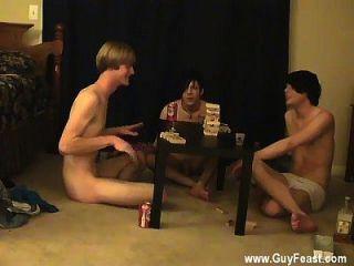 Os homens havaianos alegres do sexo masculino cum acompanham e William se reúnem com seus