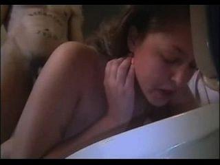 menina nua vomita vômito vomitando vomitando mordaça