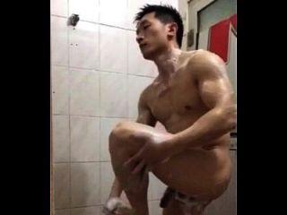 polícia chinesa bonita toma banho