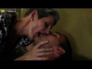 Mãe magro faz amor com o galo duro de seu filho