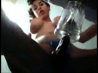 Transexual bonito masturba com um vibrador