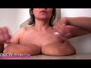 A mãe tem peitos caídos