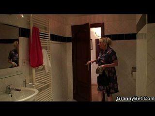 Uma bela garota loira o agrada após o banho