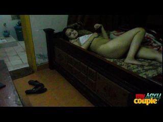 sonia bhabhi dona de casa indiana espalhando longas pernas sexy para sexo