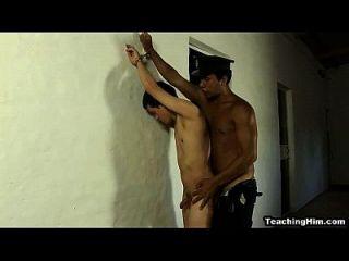 Twink Stud é fodido duro anormalmente por um policial