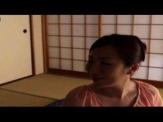 história sobre uma mãe japonesa com filho e seu amigo em casa, caseiro escondido