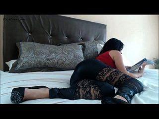 menina rasgando bandidos na cama