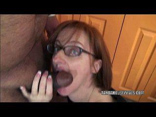 A dona de casa cava layla redd está soprando um cara que acabou de conhecer