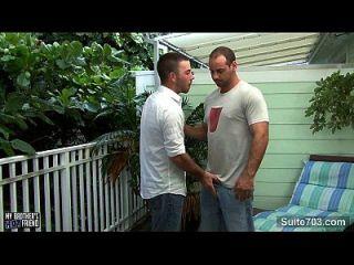 gay desagradável é golpeado e jizzed